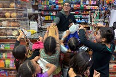 Americans load up on candy, trick or treat - 或不
