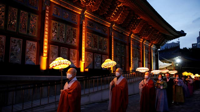 Buddhist monks and believers attend a lantern parade in celebration of the upcoming birthday of Buddha at a temple in Seoul, 韩国