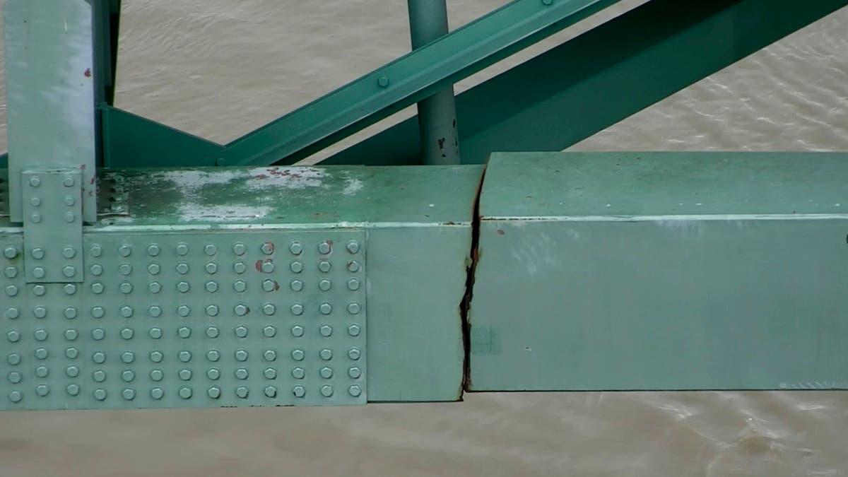 Mer enn 700 barges backed up in Mississippi River from bridge crack