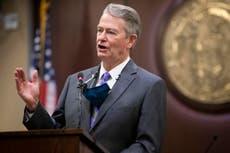 """爱达荷州州长抨击副州长""""滥用职权"""",因为她在他不在时禁止戴口罩"""
