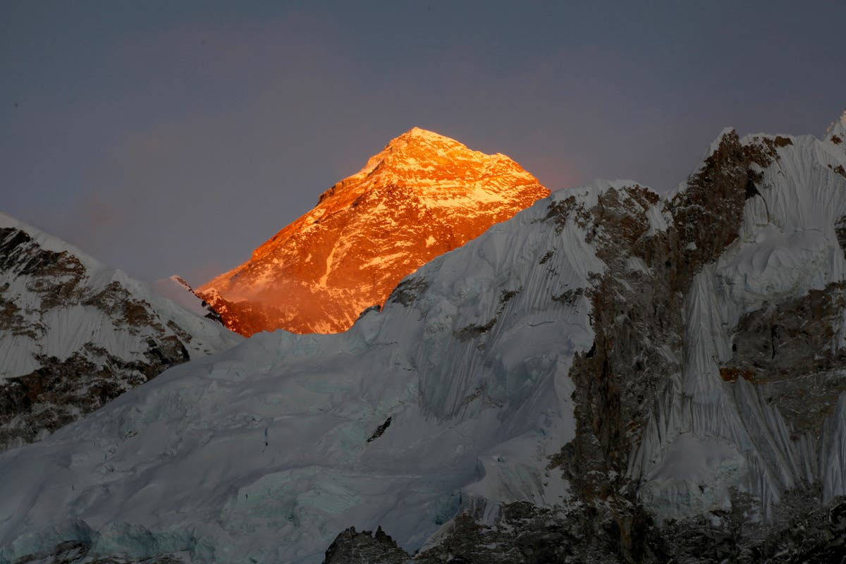 Virus fails to deter hundreds of climbers on Mount Everest