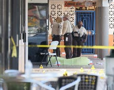 Manhunt after Miami shooting leaves two dead and 22 負傷者
