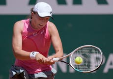 Iga Swiatek breezes into second round after training session with Rafael Nadal
