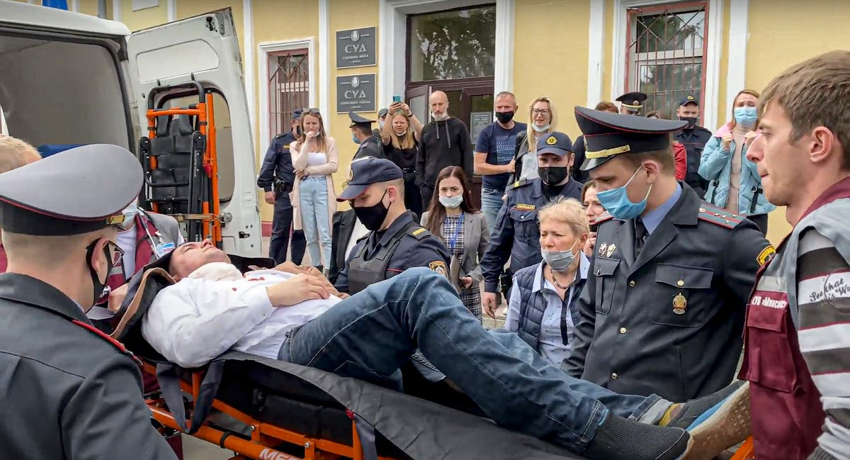 Belarus: Activist stabs himself with pen while in court