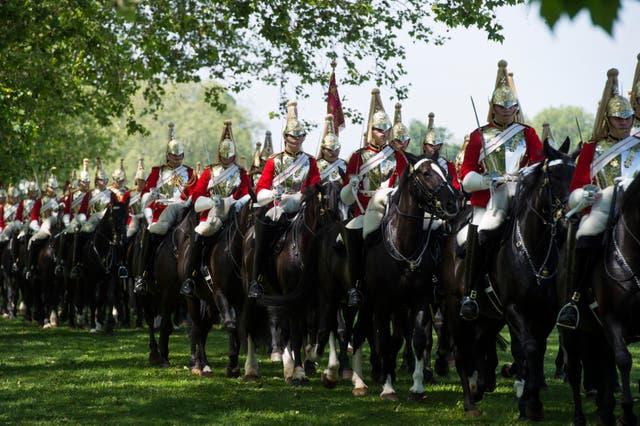 ハイドパークの王室騎兵隊騎兵連隊の少将による年次検査中の王室騎兵隊のメンバー, ロンドン