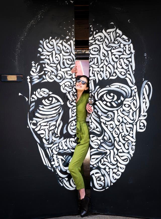 Isobel Salamon, grunnlegger av Edinburgh Cinema Club, stiller seg sammen med Leith Trainspotting veggmalerier i Quality Yard, Leith, Edinburgh, til programlanseringen av Cinescapes Festival som starter i juli 4 med en Trainspotting 1 og 2 dobbeltregning