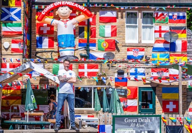 Adam Chamberlain, 45, daglig leder for Big Tree pub i Sheffield, har lagt opp over 500 flagg, tar 36 timer, som forberedelse til Euro 2020, som starter i helgen