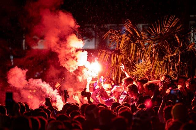 Les supporters écossais ont déclenché des fusées éclairantes à Leicester Square après l'euro écossais 2020 match contre l'Angleterre s'est soldé par un 0-0 dessiner