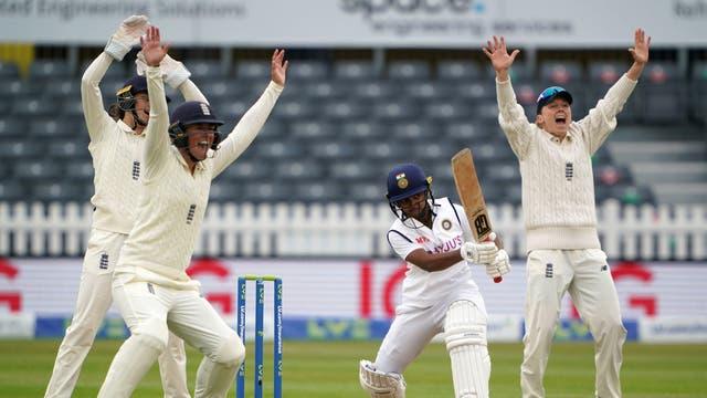イングランドは、ブリストルカウンティグラウンドで行われたインドとの女子国際テストマッチの4日目にLBWに上訴しました。