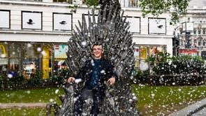 """Actor Isaac Hampstead Wright sits on the newly unveiled Game of Throne's """"Iron Throne"""" statue, à Leicester Square, à Londres, Mardi, juin 22, 2021. La statue est la dixième à rejoindre le sentier et commémore 10 ans depuis la première diffusion de l'émission télévisée, ainsi qu'en prévision de la sortie par HBO de House of the Dragon qui sortira dans 2022"""