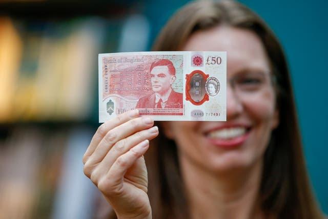 La caissière en chef de la Banque d'Angleterre, Sarah John, présente le nouveau billet de 50 livres chez Daunt Books à Londres