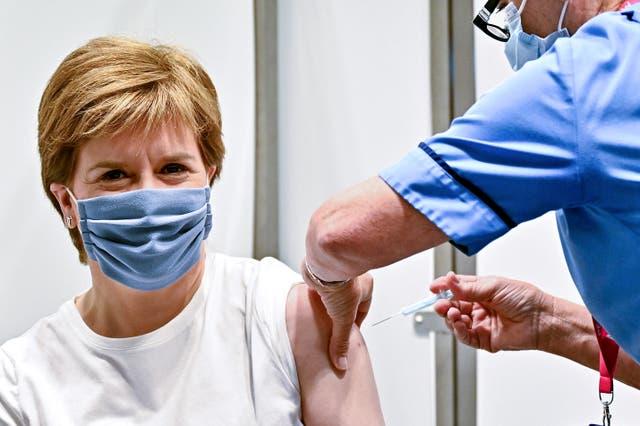La première ministre écossaise Nicola Sturgeon reçoit sa deuxième dose du vaccin Oxford/AstraZeneca Covid-19