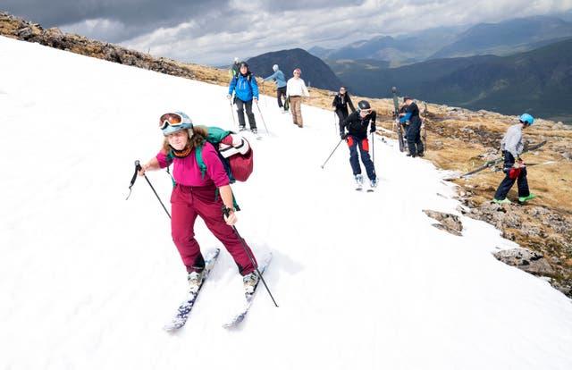 Joyce Paton, de Peterhead, sur l'une des plaques de neige restantes sur Meall a'Bhuiridh à Glencoe pendant le Midsummer Ski. L'événement, organisé par le Glencoe Mountain Resort, a lieu chaque année le week-end le plus proche du solstice d'été
