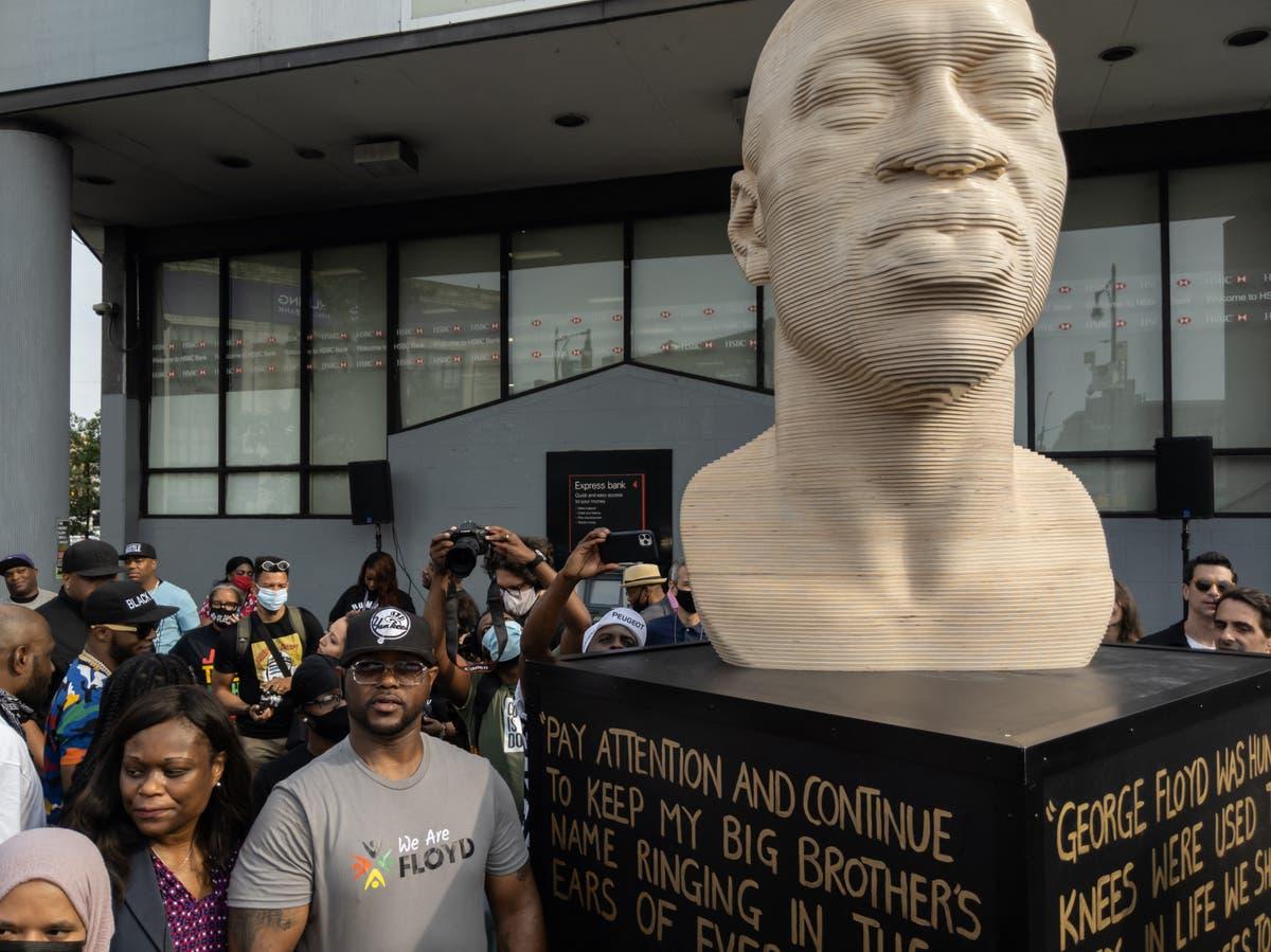 ニューヨークのジョージ・フロイド像が白人至上主義者グループの名前で破壊された