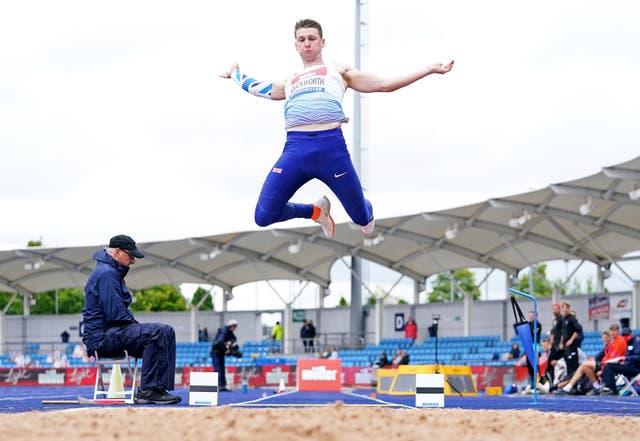 Tim Duckworth pendant le saut en longueur au décathlon au cours de la première journée des championnats britanniques d'athlétisme Muller à Manchester Regional Arena