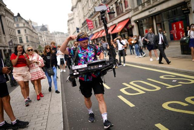 Les gens marchent le long de Regent Street dans le centre de Londres lors d'une marche #FreedomToDance organisée par Save Our Scene, pour protester contre le mépris perçu du gouvernement pour l'industrie de la musique live tout au long de la pandémie de coronavirus