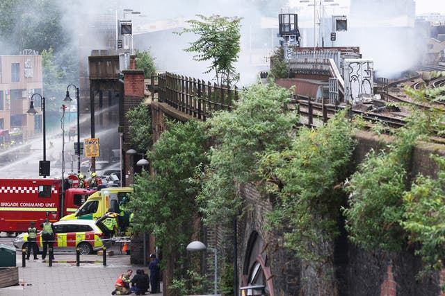 Les services d'urgence s'occupent d'un incendie à proximité de l'éléphant & Gare de Castle à Londres