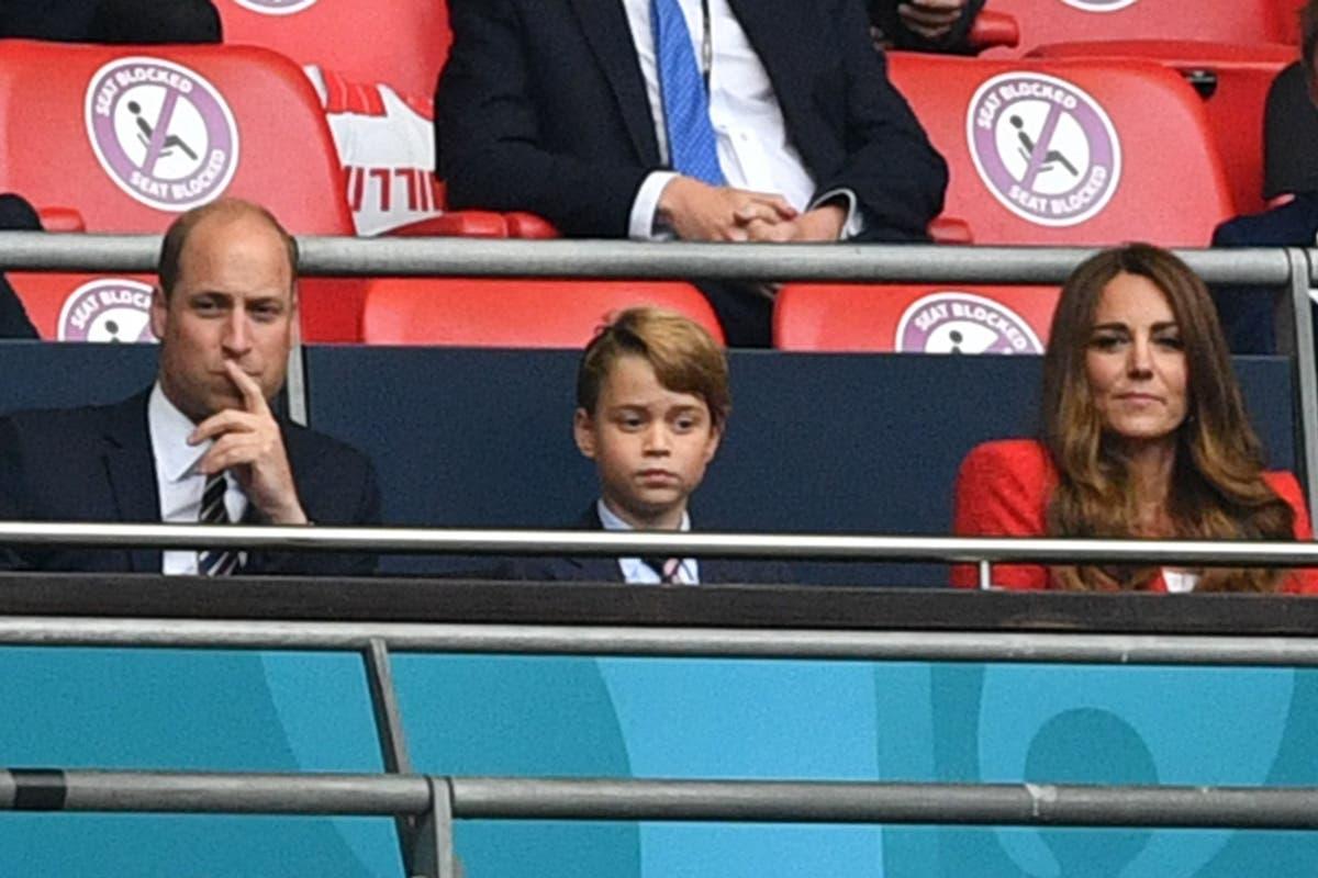 Prins George har på seg dress for å delta på England fotballkamp sammen med foreldrene