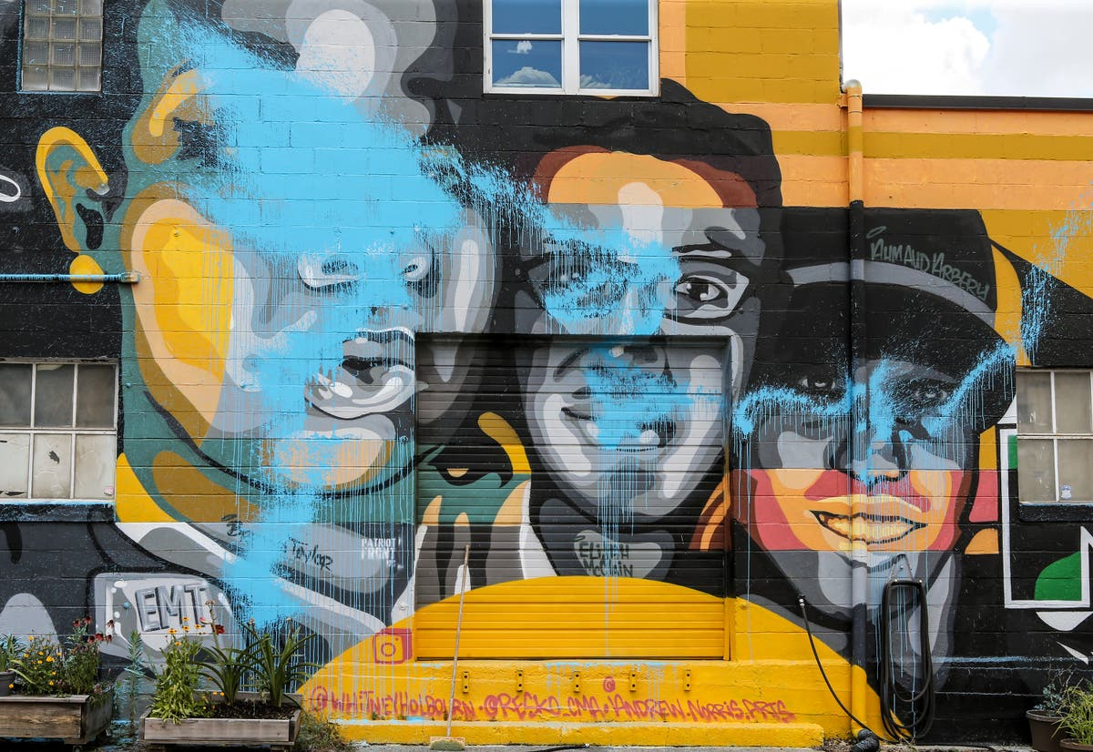 Mural depicting Breonna Taylor, ジョージ・フロイド, others defaced