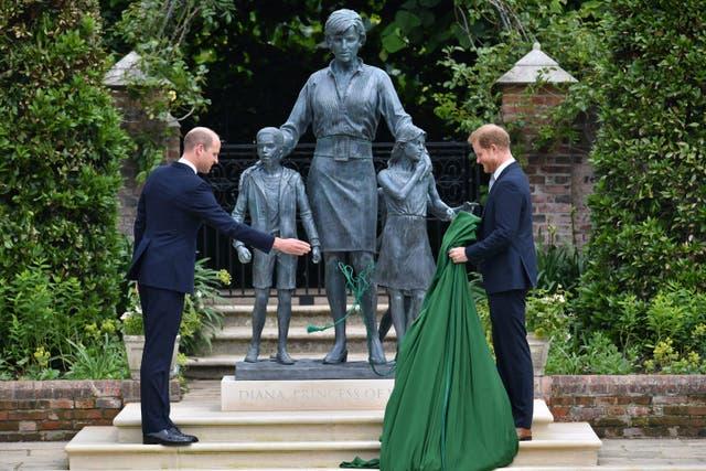 Prince William, à gauche et le prince Harry dévoile une statue qu'ils ont commandée à leur mère, la princesse Diana,  sur ce qui aurait été son 60e anniversaire, dans le jardin en contrebas du palais de Kensington, Londres