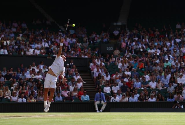 Dan Evans sert contre Sebastian Korda lors de leur match de troisième tour en simple messieurs à Wimbledon