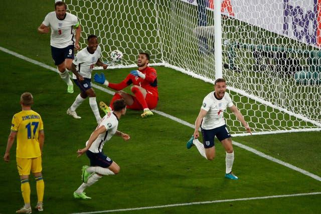 L'Anglais Jordan Henderson célèbre après avoir marqué son premier but international, le quatrième de son équipe contre l'Ukraine lors de l'Euro 2020 match de quart de finale au stade olympique de Rome