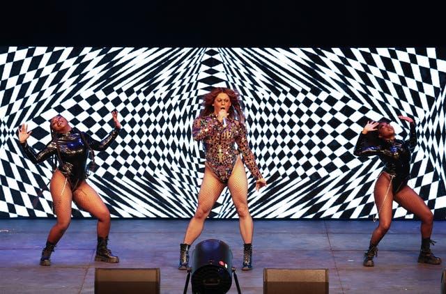 Aaron Carty et la Beyoncé Experience se produisent sur scène lors de la UK Black Pride au Roundhouse de Londres