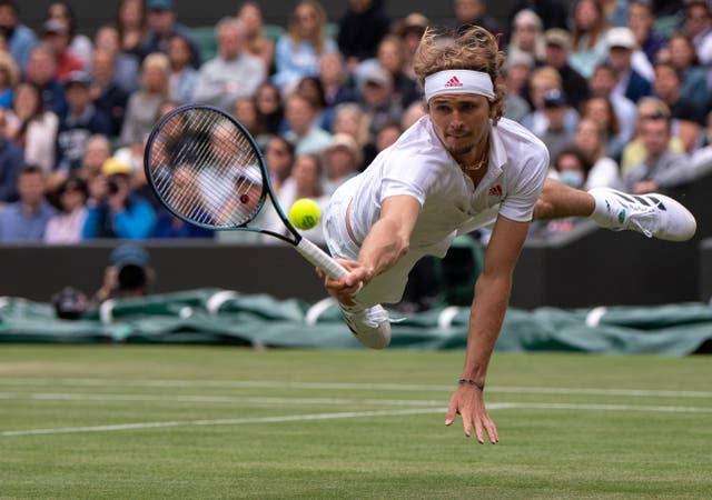 Alexander Zverev jouant contre Felix Auger-Aliassime au quatrième tour du simple messieurs sur le court 1 le septième jour de Wimbledon au All England Lawn Tennis and Croquet Club