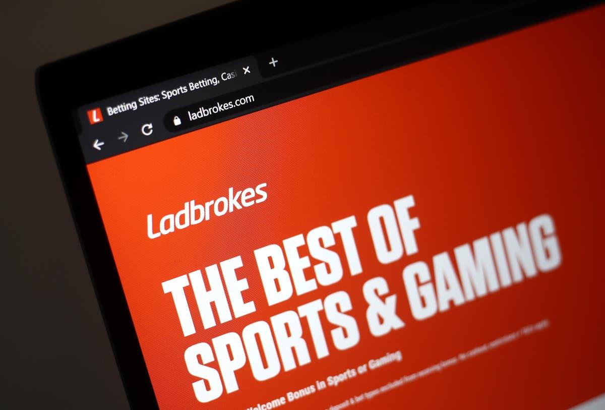 社会的に無責任なギャンブル行動を示すために禁止されたLadbrokes広告