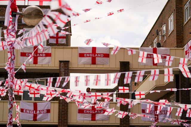 Les habitants de Towfield Court à Feltham ont transformé leur domaine avec des drapeaux anglais pour l'Euro 2020 tournoi