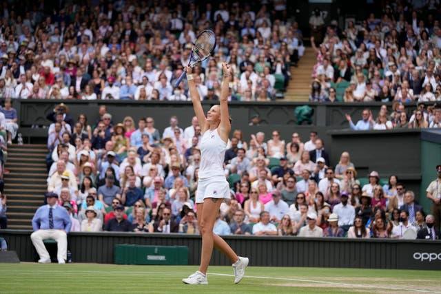 Karolina Pliskova célèbre après avoir battu Aryna Sabalenka lors du match des demi-finales du simple dames le dixième jour des championnats de tennis de Wimbledon à Londres