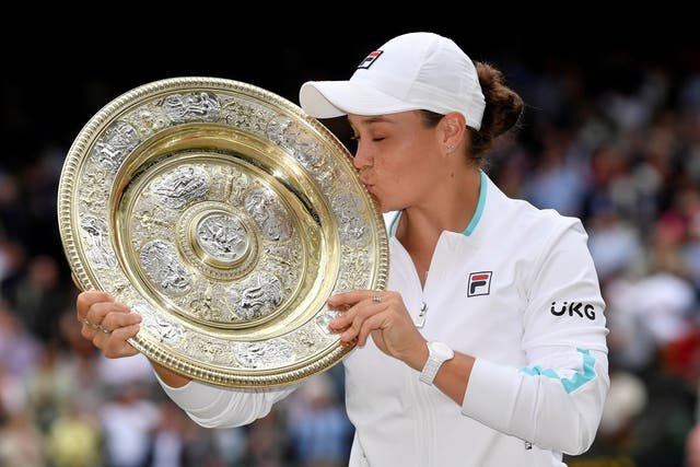 L'Australienne Ashleigh Barty détient le trophée après avoir remporté son dernier match de Wimbledon contre la Tchèque Karolina Pliskova