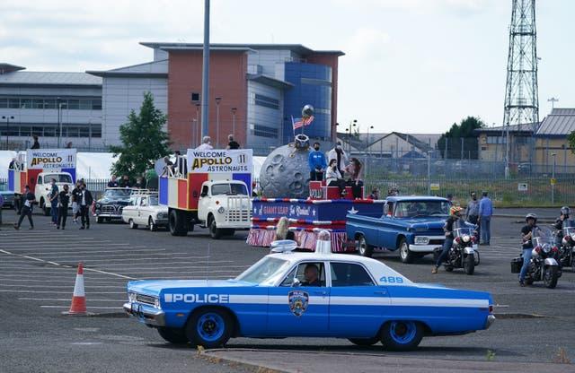 Les répétitions ont lieu dans un parking à Glasgow pour une scène de défilé avant le tournage de ce que l'on pense être le nouvel Indiana Jones 5 film avec Harrison Ford