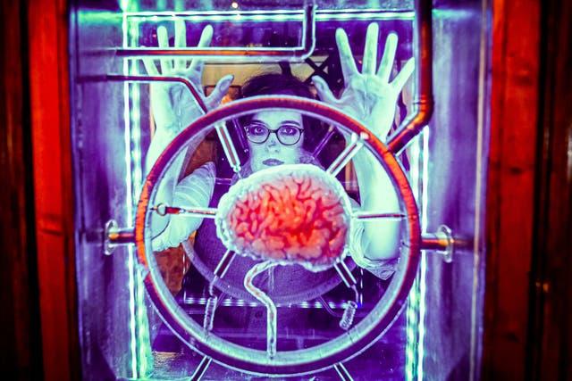 """Rue Heidi, jouer un personnage gothique, regarde un cerveau suspendu dans du verre à la première attraction au monde dédiée à l'auteur de Frankenstein à l'intérieur de l'expérience """"Mary Shelley's House of Frankenstein"""", situé dans une maison mitoyenne géorgienne à Bath, alors qu'il s'apprête à ouvrir au public le 19 juillet"""