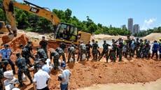 竞相营救 14 工人被困在中国一条被洪水淹没的隧道内