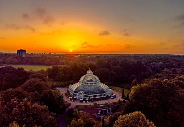 Le soleil se lève derrière la Palm House de Sefton Park, dans le parc Sefton, Liverpool
