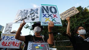 People protest against the Tokyo 2020 Olympic Games in Tokyo, Japão