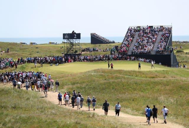Une vue des spectateurs par le 2e green au cours de la quatrième journée de l'Open au Royal St George's Golf Club à Sandwich, Kent