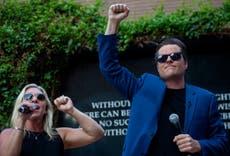 ゲーツとグリーンは、会場が「アメリカファースト」ラリーをキャンセルした後、歩道の抗議を行います