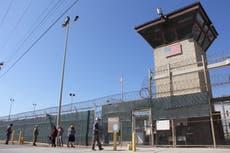 Biden-administrasjonen løslater sin første fange fra Guantanamo etter nesten to tiår i fengsel