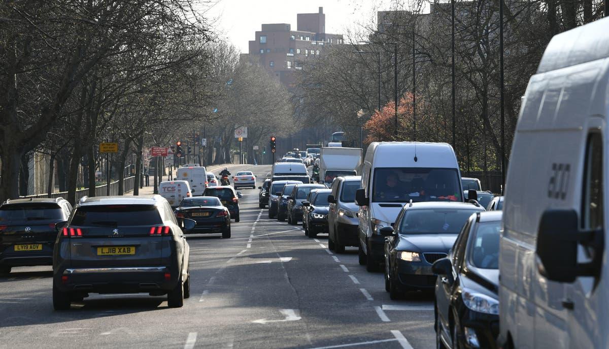 高速道路の制限速度は、汚染レベルが高い一部の地域で60mphに削減されました