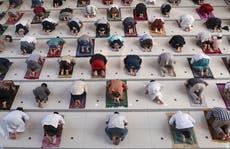 Muçulmanos indonésios marcam o Eid sombrio em meio a uma onda de vírus devastadora