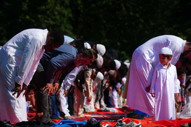 Les gens pendant la prière du matin pendant l'Aïd ul-Adha, ou Fête du Sacrifice, dans le parc Southall, Uxbridge, Londres