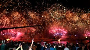 People celebrate in Brisbane, Australia, following an announcement by the International Olympic Committee that the city was picked to host the 2032 olympiske leker
