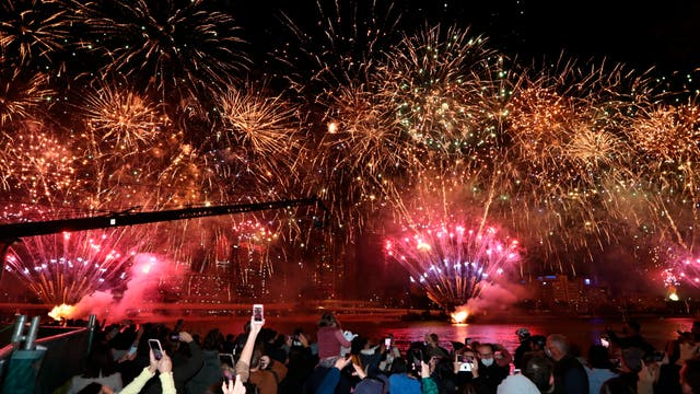People celebrate in Brisbane, Austrália, following an announcement by the International Olympic Committee that the city was picked to host the 2032 Olimpíadas