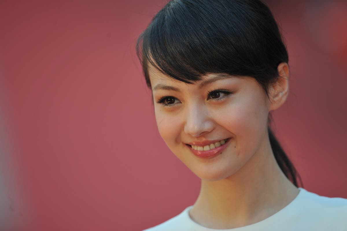 Chinese actor Zheng Shuang breaks silence to apologise over surrogacy scandal
