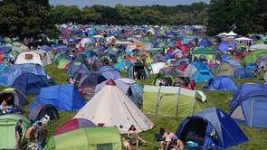 Festivalgjengere på campingplassen på Latitude-festivalen i Henham Park, Southwold, Suffolk