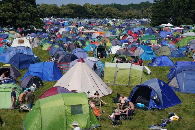 Les festivaliers dans le camping au festival Latitude à Henham Park, Southwold, Suffolk