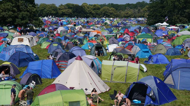Feesgangers op die kampplek by die Latitude-fees in Henham Park, Southwold, Suffolk