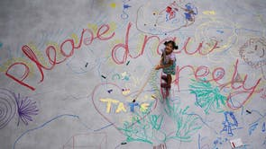 Barn samhandler med Mega Please Draw Freely av kunstneren Ei Arakawa inne i Turbine Hall i Tate Modern i London, del av UNIQLO Tate Spill galleriets nye gratis program for kunstinspirerte aktiviteter for familier